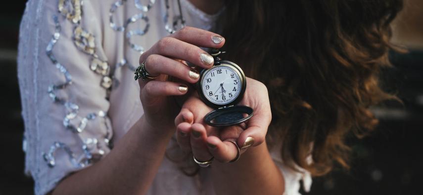 Czas ma znaczenie! Opóźnienie czasowe wobec teorii kodowania predykcyjnego